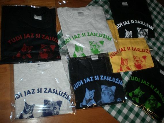 Majice v M velikosti: - črna z rdečim tiskom, - črna z modrim tiskom, - črna z belim tiskom, - črna z zelenim tiskom, - rumena z rdečim tiskom, - siva z modrim tiskom, - siva z zelenim tiskom.