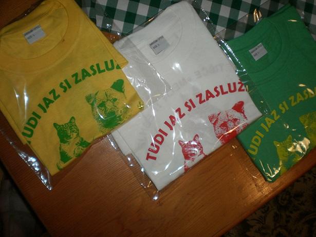 Majice v L velikosti: - rumena z zelenim tiskom, - zelena z rumenim tiskom, - bela z rdečim tiskom.